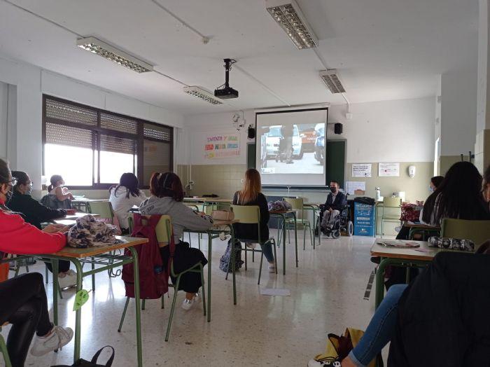Pau i Solidaritat PV entra a l'IES Jordi Sant Jordi amb el projecte Interactuem a l'escola.